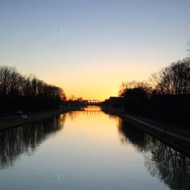 Sonnenuntergang über dem Kanal